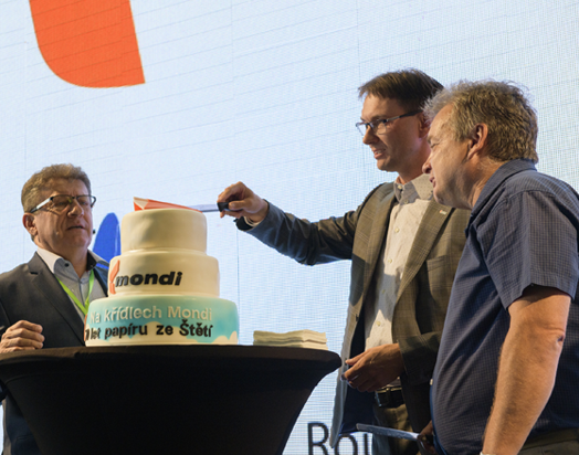 Mondi Štětí MD Roman Senecký cutting the 70 year celebration cake